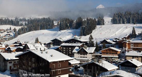 wintersport_les_gets_dorp_skipiste