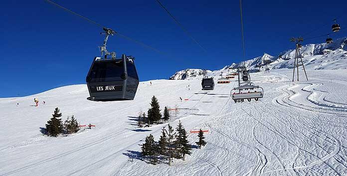 De Jeux-lift heeft een combinatie van cabines en stoeltjes © WintersportFrankrijkGids.nl