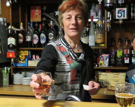 Josette schenkt in Bar Constantin heerlijke Mont Corbier © Nico van Dijk
