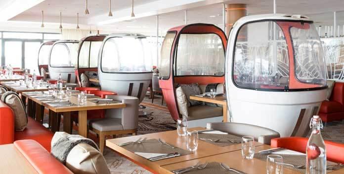 Pure nostalgie in het hoofdrestaurant van Club Med Samoëns: ouderwetse eitjes-liften zijn omgetoverd tot gezellige eethoekjes. © Club Med