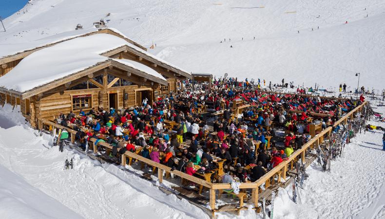 Het handhaven van de coronaregels in de Franse skigebieden zal met name in de horeac, zoals hier in Les 2 Alpes, nog een hele uitdaging worden © Les 2 Alpes/ Yoann Peisin.