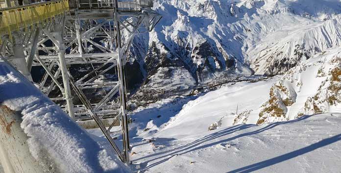Vanaf de Dôme des Rousses zie je in de diepte Vaujany liggen © WintersportFrankrijkGids.nl