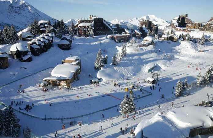 Ook in een skistation als Avoriaz, dat vooral bekend is om z'n appartementengebouwen aan de piste, vind je knusse chalets aan de piste. Chalet Alaya ligt tegenover de kindersneeuwtuin. Het is dus een ideaal chalet voor families met kinderen. © Giles Galas/Avoriaz Tourisme