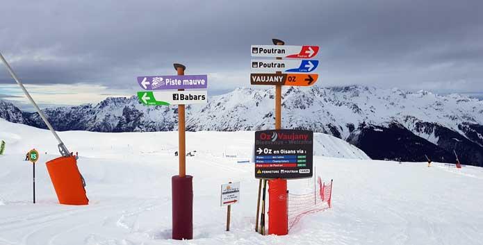 Linksaf ga je naar het skigebied van Alpe d'Huez. Rechtsaf heb je een skipas voor Oz/Vaujany nodig. © WintersportFrankrijkGids.nl