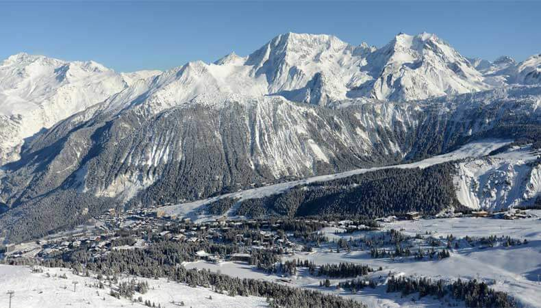 Skiën in Courchevel met uitzicht op de Dent du Villard in het Parc National de la Vanoise. © Courchevel Tourisme / Patrick Pachod