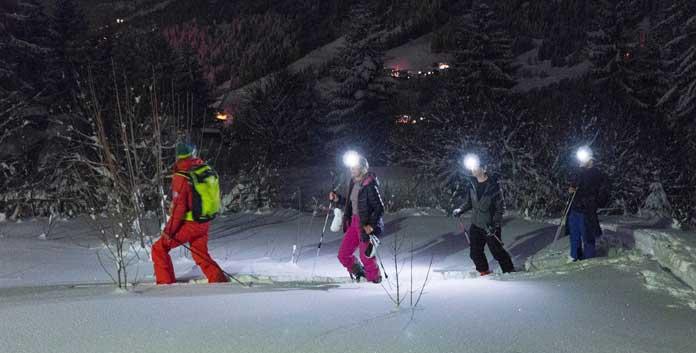 Na afloop van een dag skiën in Morzine toerskiën door de nacht onder leiding van een skileraar © ESF Morzine