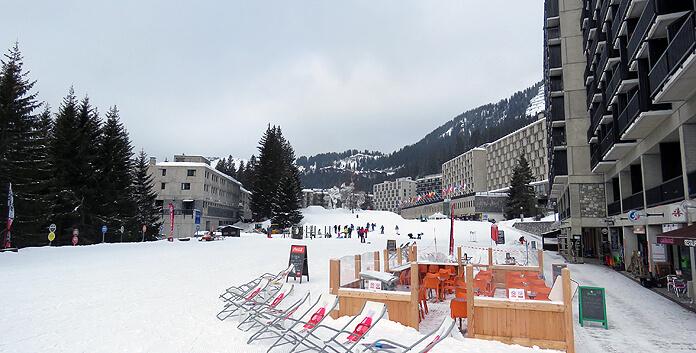De betonnen architectuur van Flaine zal niet bij elke wintersporter in de smaak vallen, maar het dorp is wel functioneel opgezet. © WintersportFrankrijkGids.nl