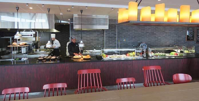 In het Skyline-restaurant, waar ook wijnproeverijen gehouden worden, is het rustiger dan in het hoofdrestaurant © WintersportFrankrijkGids.nl